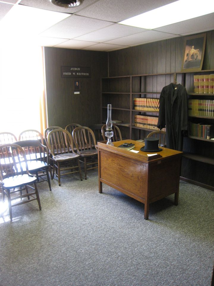 Judges chambers at entrance to Lincoln Courtroom