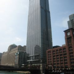 Exterior view of Kirkland & Ellis from the south bank of the Chicago River.